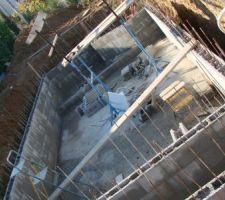 A mi construction ,on remplit les moellons de béton.