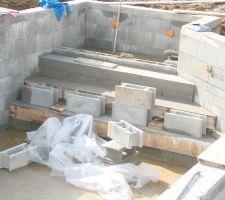 Construction de l escalier en alternance avec les enduits, avec mise en place des buses pour le bain bouillonnant.