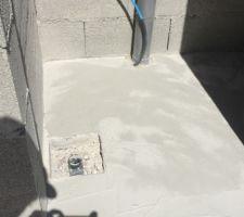 Toilette avec bonde au sol pour nettoyage aisé