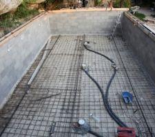 Mise en place de la BDF et des 3 refoulements au sol pour l'hydraulicité inversée et soudage du treillis soudé aux tors pris dans les fondations