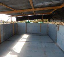 Toles prètes à être soudées. j'ai dut faire un toit provisoire, la piscine était un vrai four !! avec le temps de cet fin d'été, impossible de s'y tenir d'autant plus pour faire des soudures, le soleil est génant en plus