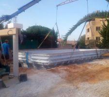 Positionnement et calage de la piscine en provenance de PROSTYLEPISCINE/M.TONDI G Sous l'oeil et la direction de M.COTTURA