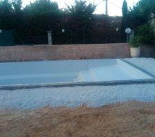 Pose piscine terminée et Ceinture béton Ok réalisées par l'équipe de M.COTTURA .