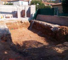 Préparation de la zone d'accueil de la coque par l'équipe de M.COTTURA/Société CARL AN DO Terrassement et pose de piscine