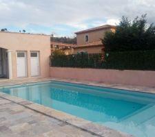 La piscine media plage de 'PROSTYLEPISCINE'/M.TONDI G la plage en travertin et l'abri réalisés par EIRL MGC/M COJAN