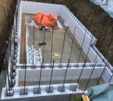 03/12/2018   La pluie s'invite à la fête.  Malgré cela les travaux avancent. pose des blocs pour les murs de la piscine.