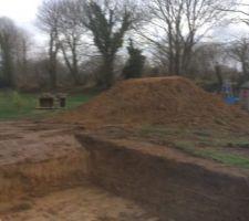 Terrassement et un gros trou dans le jardin