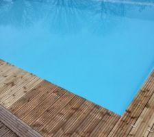 La suite de la terrasse va venir entourer la piscine. Pose de lames de test.