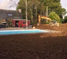 Terrassement des alentours de la piscine, avec étalement de la terre