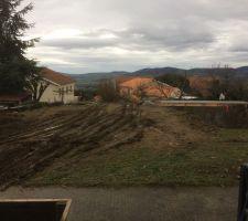 Vue d'ensemble : à gauche Verdun ! et sa future pelouse  , à droite  le trou  , au bout le local technique qui servira aussi d'appui