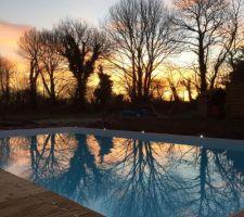 Lever du soleil sur la piscine, c'est superbe à voir ! Les lames de terrasses avancent petit à petit