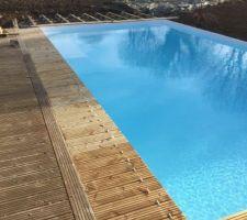 La suite de la construction de la terrasse autour de la piscine
