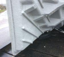 Dessous de l'escalier  , d'un point de vue résistance des matériaux j'aurai bien vu un gousset plus grand au milieu ( mais c'est pas moi qui étudie  , donc faut faire confiance ..... )