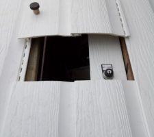 La trappe ouverte pour accéder à la commande du volet, elle permet également de vérifier si le volet s'enroule sans problème. Par sécurité la serrure est positionné de telle façon que l'on ne puisse pas refermer la trappe si la clef de commande n'est pas retirée