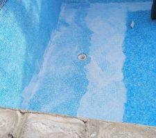 Le début de la pose du joint dans le fond de la piscine.