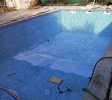 La suite de la pose du joint dans le fond de la piscine.
