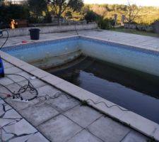 Le bassin commence à se vider. On peut voir que le travail sera long et difficile