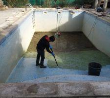Le bassin finit de se vider. Après le retrait de la vase avec un ramasse poussière et des seaux, je passe le karcher.
