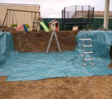 Terrassement fini mise en place de polyane pour protéger les murs d'une possible chute de terre et pour protéger la futur dalle qui sera coulé sur fond perdu
