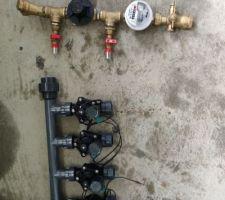 Raccord arrivée d'eau avec compteur, reducteur de pression et filtre tamis.  Nourrice de départ de l'arrosage automatique.