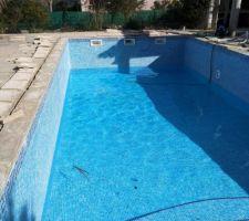 La piscine en train de se remplir. Je dois encore reposer les margelles et refaire le système de filtration. Mais le bassin est prêt.