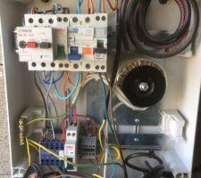 A votre avis ? bien sur pas un PE  , cables et fils non rangés ...  ce n'est pas vraiment un électricien  !  je me suis permis de vérifier les serrage est conformité avant qu'il ne mette sosu tension !