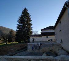 La piscine se trouve derrière la maison, à l'abri des regards.