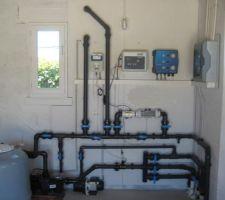 La pompe à chaleur placée en hauteur, reçoit l'arrivée et sortie verticales visibles sur la photo.