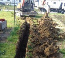 Début terrassement, tranchée pour tuyaux