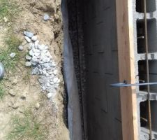 Pose du tuyau de drain entouré de géotextile