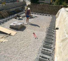 Poses des premiers blocs pour préparer le ferraillage