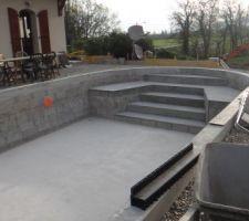 Escalier de la piscine, préparation de la pose des caniveaux à fentes de la terrasse