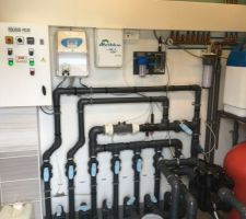 Local technique, partie hydraulique, électrolyseur à sel avec sonde ampero, régulation PH, module domotique pool technologie.