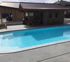 Piscine en service, margelles et terrasse en granit gris