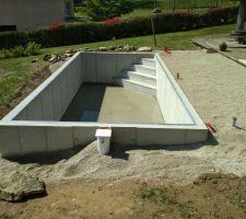Aprés trois semaines de séchage et pose des différents tuyaux , remblaiement en gravette ... 42 tonnes ! Si elle est pas bien drainée cette piscine ...!