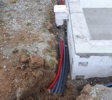 Arrivées électrique et tuyaux d'eau vers les skimmers