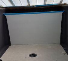 La piscine est protégée des éléments pour la pose de la membrane