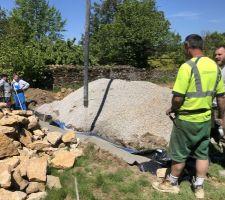 Coulage de la fondation du mur en pierre sèche. La piscine sera clos de murs en pierre sèche.