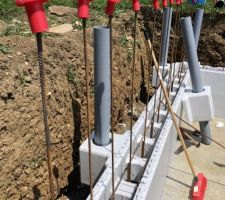 Pose des colonnes de reprise de charges pour les futures plages. Ancrage dans le radier.