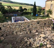 Le mur en pierre sèche a bien avancé.