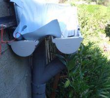 Vue de profil de la goulotte de récupération de l'eau composé de 2 chenaux cote a cote. on voie également le départ de la canalisation vers les cuves tampons. coté esthétique il y a encore un peu de travail