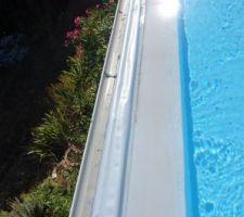 Vue du seuil de débordement et la goulotte de récupération de l'eau composé de 2 chenaux cote a cote.