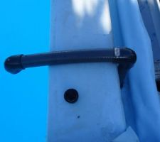 Super pratique un U avec des chutes de tubes PVC pour siphonner rapidement l'eau du bassin pour revenir au fonctionnement sans débordement. la longueur du tube coté aspiration est coupé pour que le système se désamorce quand le bon niveau est atteins