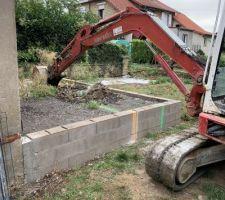 Commencement du terrasement, après un temps d'attente interminable suite a de nombreux imprévus c'est enfin le jour J. Demolition de notre ancienne future terrasse ( pas le choix pour l'implantation de la piscine)