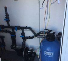 Le local technique est déjà construit en dur (parpaings). Quelques éléments sont déjà installé : réseau hydraulique, pompe, filtre.