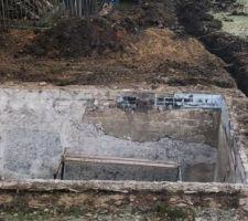 Premier jour des travaux. Démontage terrasse, margelles, barrière de sécurité et creusée local technique.