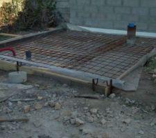 Préparation de la dalle local technique SUITE J'avais prévu des fondations pour une une prochaine construction en dur. Finalement je comble tout avec les gravas d'une ancienne construction.