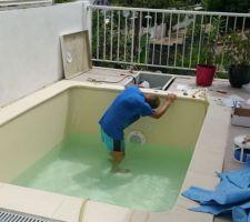 Découpe des pièces à sceller sur le mur filtrant + remplissage de la piscine