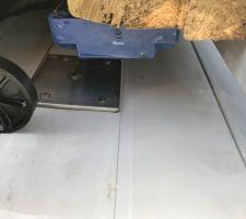 Vous voyez ici la position des fins de courses lorsque le volet est fermé. De l'autre coté, il reste 4 cm entre la dernière lame du volet et le bord de la piscine. Il ne faut pas fermer complément par sécurité pour assurer la détection de la plaque en inox.