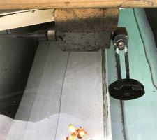 Ici, l'interrupteur de fin de course lorsque le volet est ouvert. (ZCP21M12 télémécanique)? J'ai peint la tige en noir pour éviter la rouille.